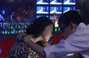 女子晚上去夜店,被丈夫拍下出轨证据,却不知是丈夫的圈套!