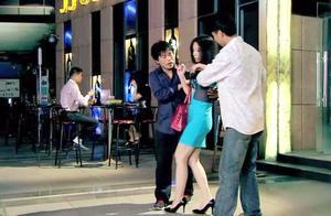 富婆喝醉遭流氓骚扰,小伙好心救她把她带回家,却被她误会成流氓