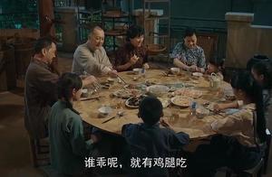 妇人给小孩鸡腿,她却不敢接,香港米贵居之不易!