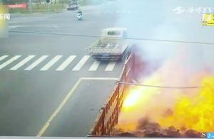 货车货物突然自燃,瞬间冒起熊熊大火,周围路人心惊胆战