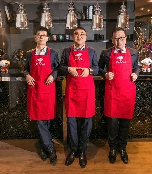 京东零售集团CEO徐雷(中)、京东数科集团CEO陈生强(左)、京东物流集团CEO王振辉(右)