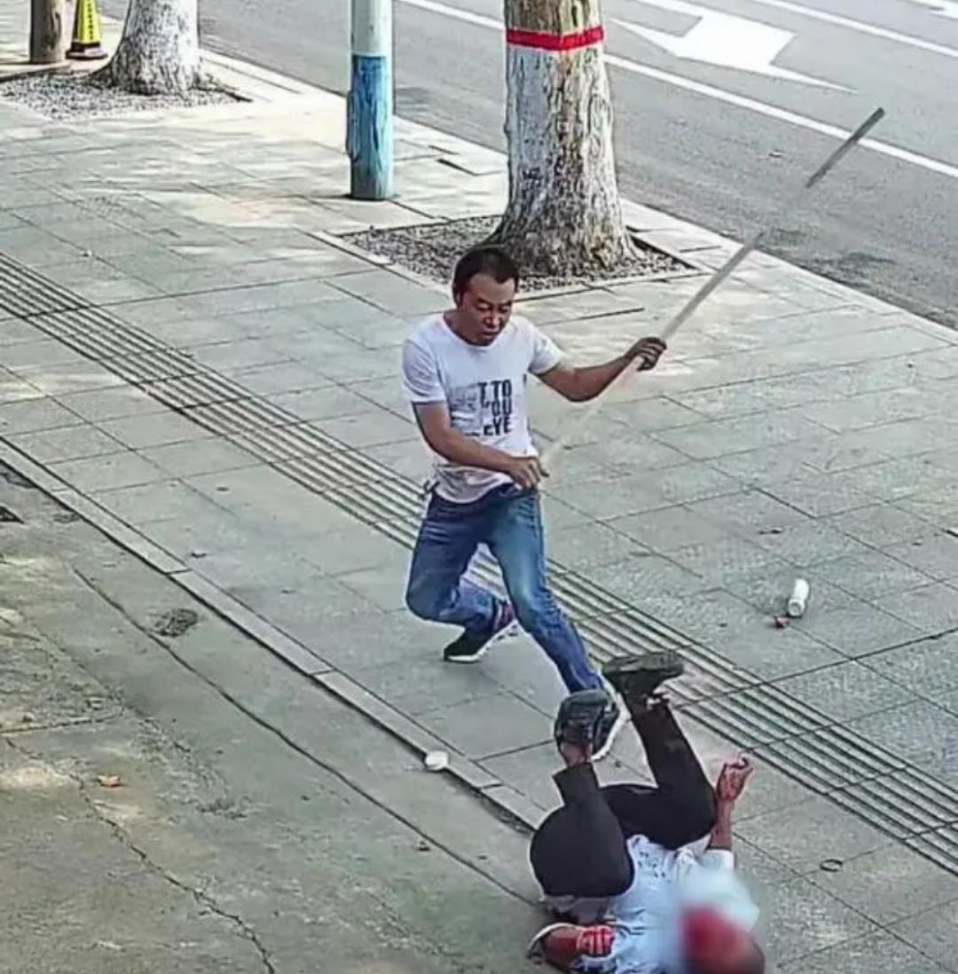 男子持刀伤人路边店主挺身而出 满屏的正能量!