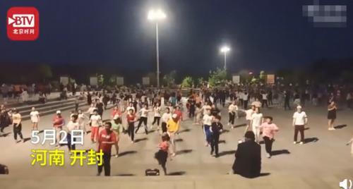 8歲女孩被大媽選為廣場舞領舞怎么回