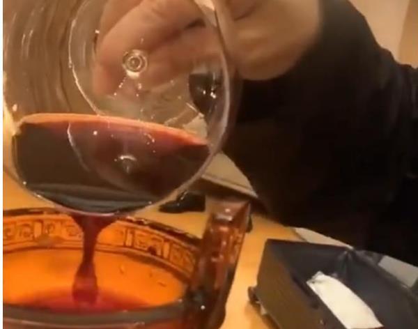 王景春用华鼎奖杯喝酒 怎么回事为什么这么做.jpg