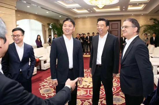 2018年9月,刘强东出席京东与如意控股集团战略合作签约仪式