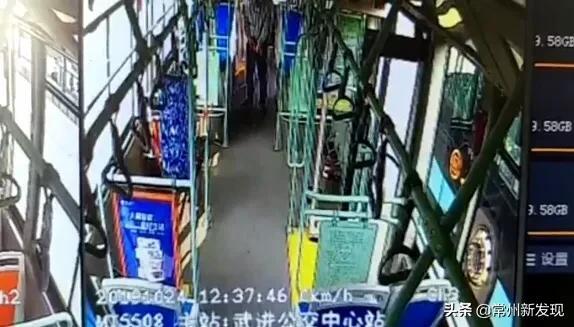 常州一年轻男子竟在公交车上撒尿