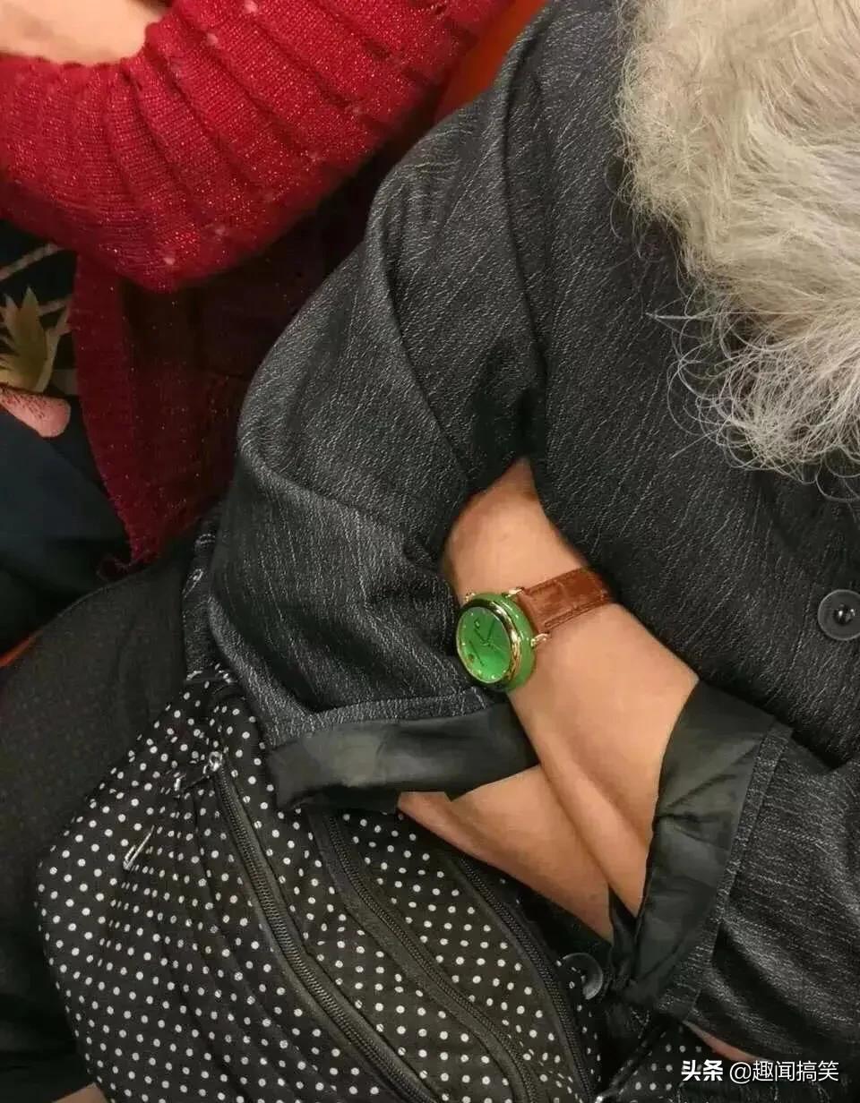 地铁看到的,请大家帮忙鉴定一下,这是什么表?值钱吗?