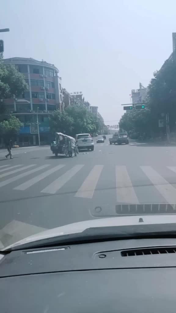 花园大道十字路口发生四车刮擦!注意减速慢行!