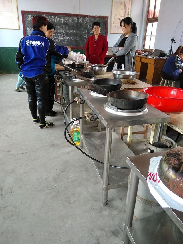 【学校后勤技能培训】劳动局来农村办厨师培训班