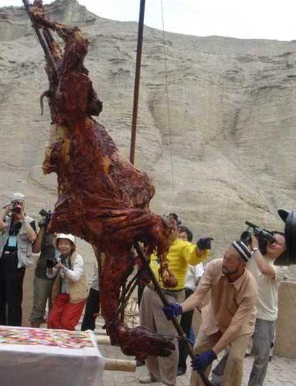 中东富豪圈流行吃烤骆驼,阿拉伯本土骆驼都快被吃光了...