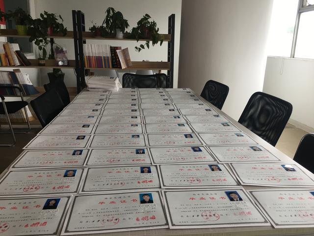 【幼儿教师剪纸技能培训】西安东亚科技专修学院学习中心17年春季的交大学员毕业证下来啦