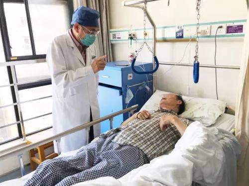 患者胸椎里长出两根「硬骨头」致瘫痪:中老年人出现这 4 种症状要