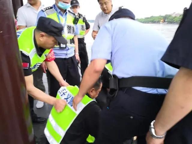 赞!菏泽小伙在杭州西湖连救两人
