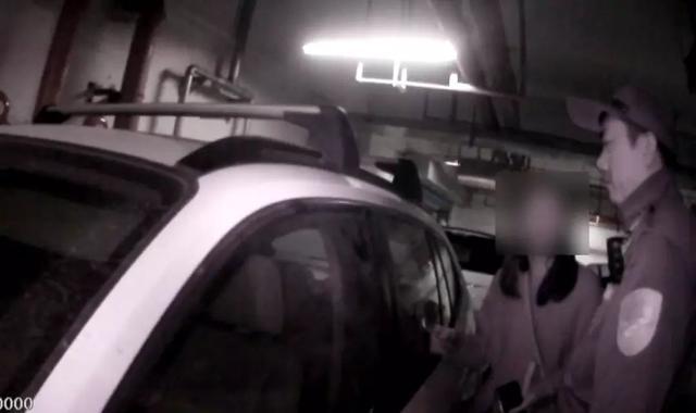余姚3岁小孩被反锁车内 民警消防破窗救助