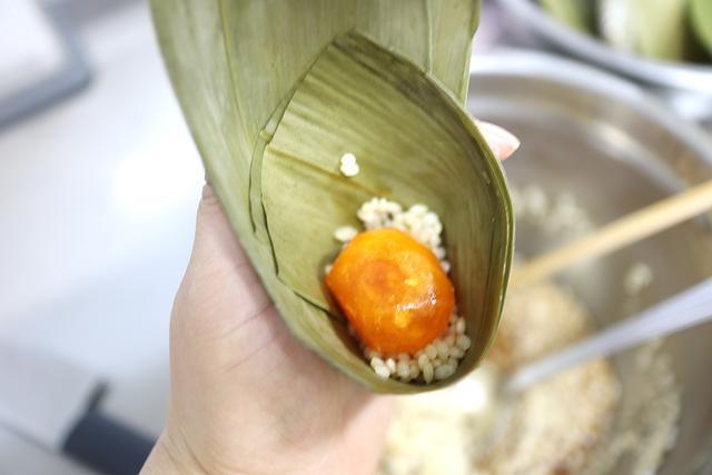 #一起端午一起High#咸蛋黄粽子,吃一个就大呼过瘾,小吃变主食,粽子可以靠边站了