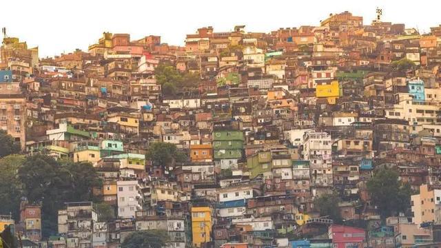 因为政府抗疫不作为,巴西黑帮老大已经下令封城了...