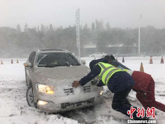 """【人事要做哪方面的技能培训】强降雪致新疆巴州多条道路通行受阻 """"公路人""""奋力清雪"""