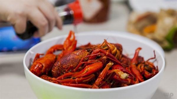 席桌上的小龙虾能不能和鲜猪肉一起吃