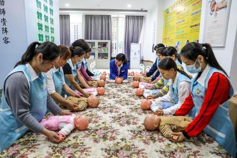 【护理部技能培训集中练兵计划】珠海市社会化技能认定再结硕果 580名家政从业者争考育婴员