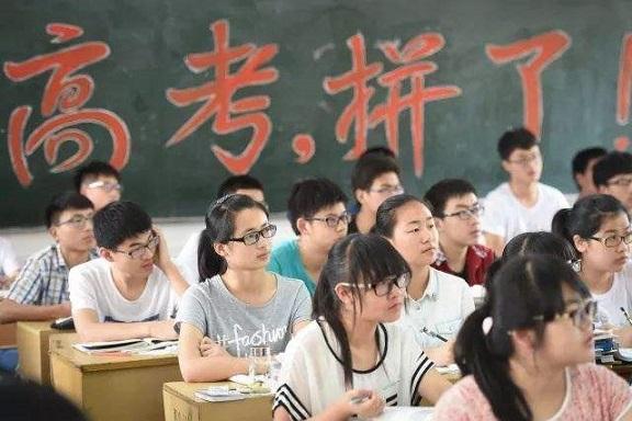 【大规模开展职业技能培训 注重兪】12年前,女孩因高考忘涂答题卡给监考老师下跪,后来怎样了?