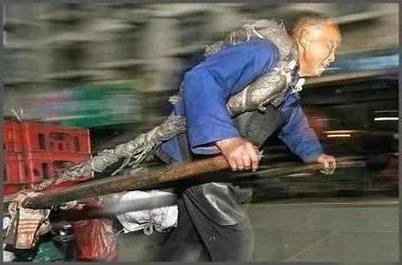收下贫苦老人的捐款,你们真忍心吗?