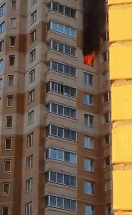 俄一公寓突发火灾 百姓徒手搬车打通消防通道