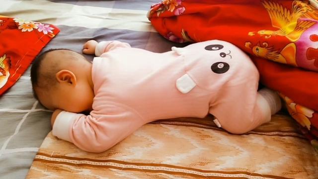 五个多月宝宝老是喜欢趴着睡,趴着玩,对身体有没有影响