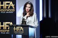 安吉丽娜朱莉穿银色长裙现身好莱坞电影盛典新作喜获最佳外语片