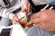 小伙买了自热火锅和朋友吃,结果三人吃两份只能用纸杯带碗
