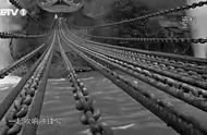 飞夺泸定桥:22名勇士冒着敌人的枪林弹雨,向着对岸快速冲了过去