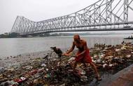 印度的母亲河:污水排放、垃圾遍布、尸体漂浮,很多人直接饮用