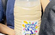笑到头掉!周杰伦出席广州活动,粉丝举奶茶应援