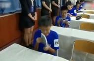 某教育机构组织学生参加量子波速读比赛:训练学生5分钟读10万字
