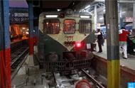 体验乘坐印度慢速火车:车站乘客拥挤混乱,二等舱设备简陋