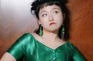 辣目洋子奔赴纽约时装周走T台,穿橘蓝秋装裙也能走出1米8气场