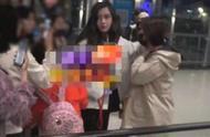 网友爆料angelababy的粉丝在机场被一男的打了,baby上前劝架制止