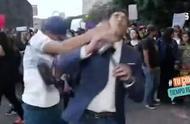 墨西哥记者现场直播示威游行,被抗议暴徒一拳打倒在地