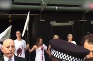 """""""反抗灭绝""""的抗议者们在伦敦时尚周场地上演 """"死亡""""抗议"""