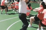 """女老师拔河比赛""""拉空气""""式助威:把对方的空气拉过来我们就赢了"""