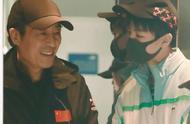 王俊凯机场偶遇张艺谋导演 亲密热聊秒变小可爱