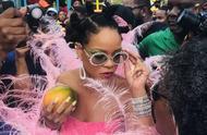 蕾哈娜在巴巴多斯参加庆祝丰收节,火烈鸟造型