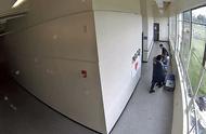 美国学生失恋情绪激动在校欲开枪自杀,老师给其大大拥抱夺下枪支