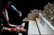 周杰伦在演唱会上打小抄被发现,贴在钢琴上边唱边瞄歌词