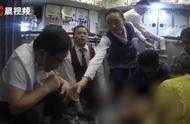 飞机上用嘴帮老人吸尿医生回应:情况紧迫,实属无奈