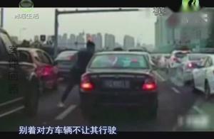 男子驾车与公交车抢道,期间多次逼停公交,行车记录仪拍下画面