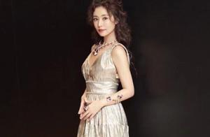 43岁林心如高调美一回!穿玫瑰纱裙美似少女,辣妈愈发年轻了!