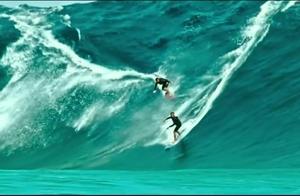 极限运动员在大海上追逐大海浪,最终被成功卷入海里!