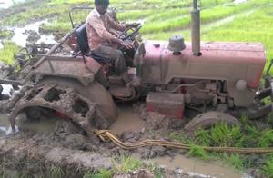 拖拉机深陷泥坑,男子快崩溃了,老司机一个操作走出泥潭