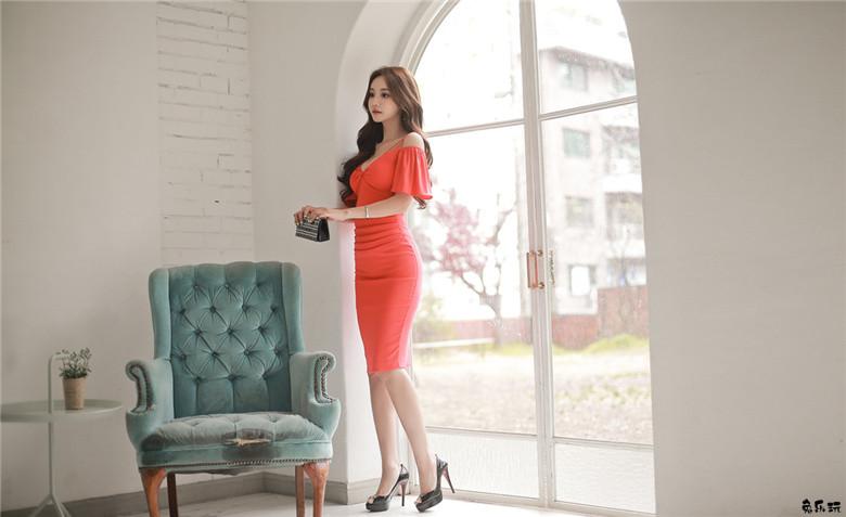 孙允珠:红橘波莱罗浪漫绞花低胸礼裙